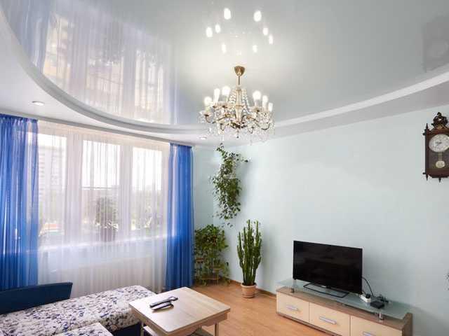 Белый глянцевый двухуровневый натяжной потолок в зале