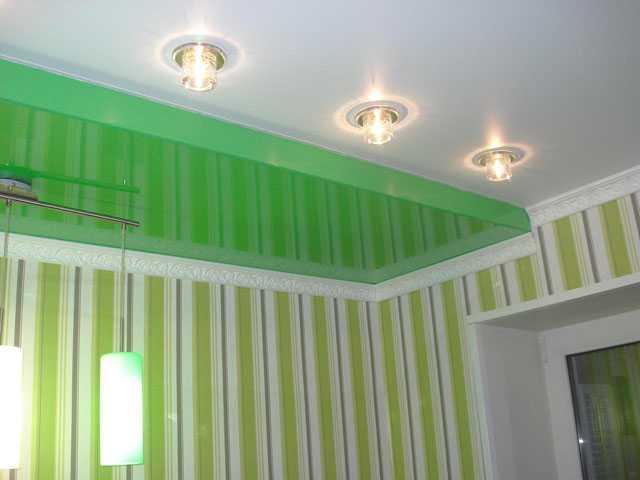 Натяжной потолок 2 уровня в комнате (два цвета - белый, зеленый)