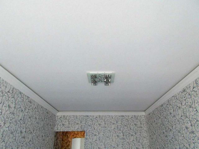 Колтуши, Парящий натяжной потолок с установкой галтелей, 1 люстра, стоимость 6300 рублей